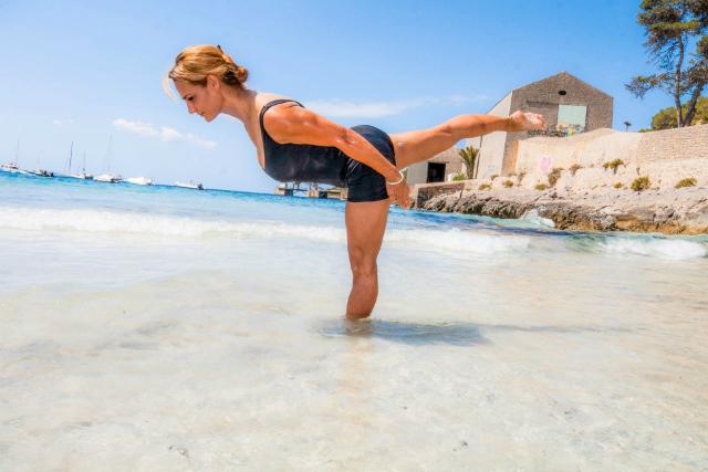 Ejercicio Standing Single Leg Balance II, mantenemos la postura durante 4 respiraciones
