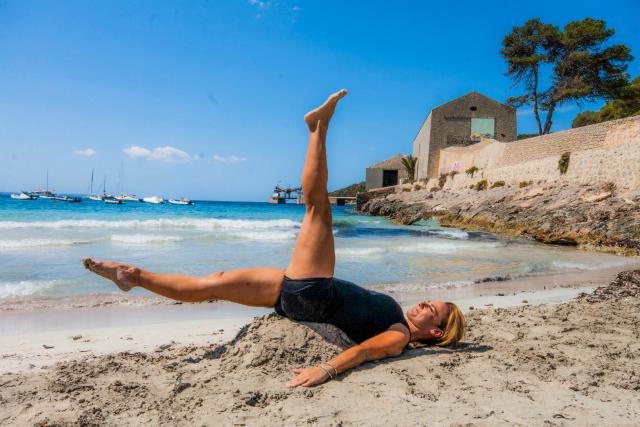 El movimiento de las piernas debe ser fluido pero con control, sin perder el equilibrio.