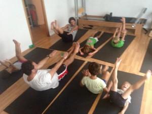 Alaya Estudio haciendo #PilatesAndFriends con padres e hijos en verano