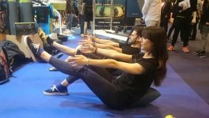 Visitantes de la feria Gymfactory probando Oov en el stand de Polestar Pilates.