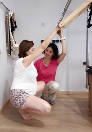 Celeste Roldán impartiendo una clase de Pilates embarazo